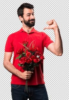 Przystojny mężczyzna trzyma kwiaty dumny z siebie