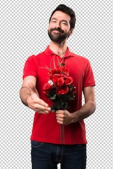 Przystojny mężczyzna trzyma kwiaty robi transakcję