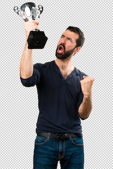 Przystojny mężczyzna trzyma trofeum z brodą