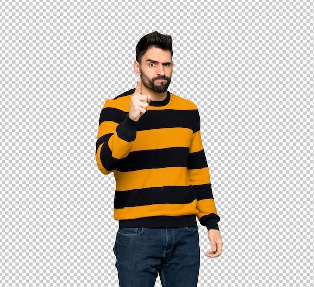 Przystojny mężczyzna w paski sweter sfrustrowany przez złą sytuację i skierowany do przodu