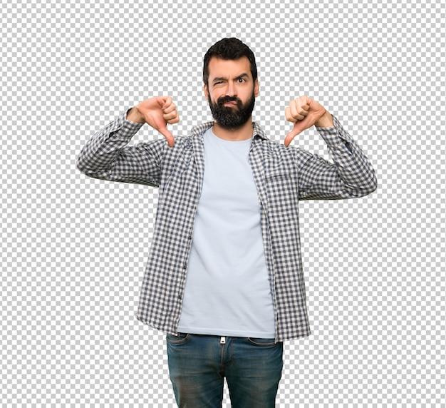 Przystojny mężczyzna z brodą pokazuje kciuka puszek