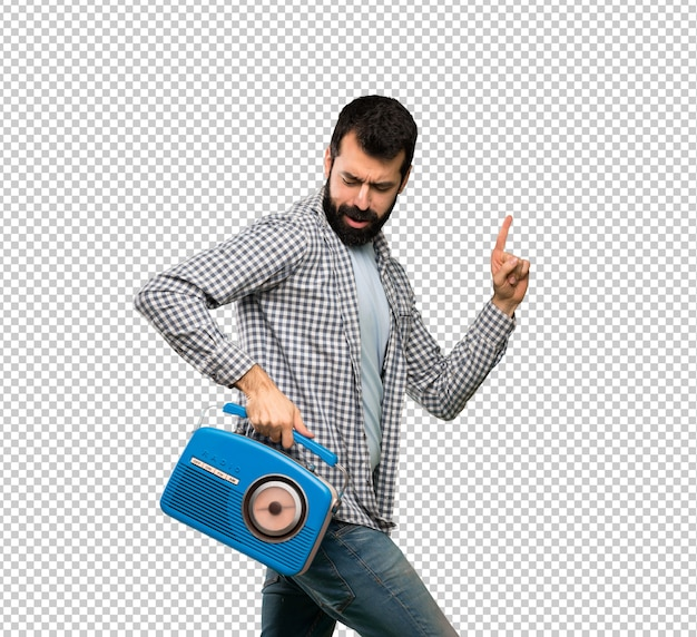Przystojny mężczyzna z brodą trzyma radio