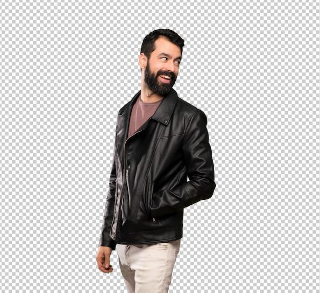 Przystojny mężczyzna z brodą z rękami skrzyżowanymi i szczęśliwy