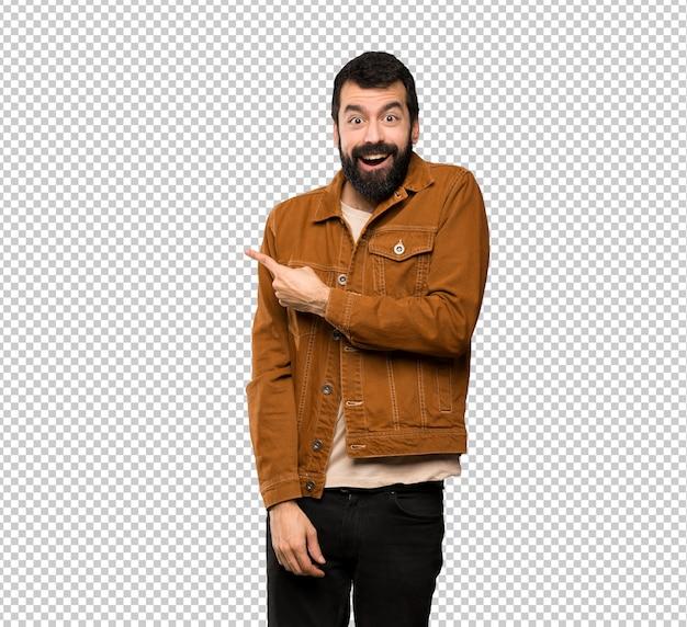 Przystojny mężczyzna z brodą zaskakującą i wskazującą stroną