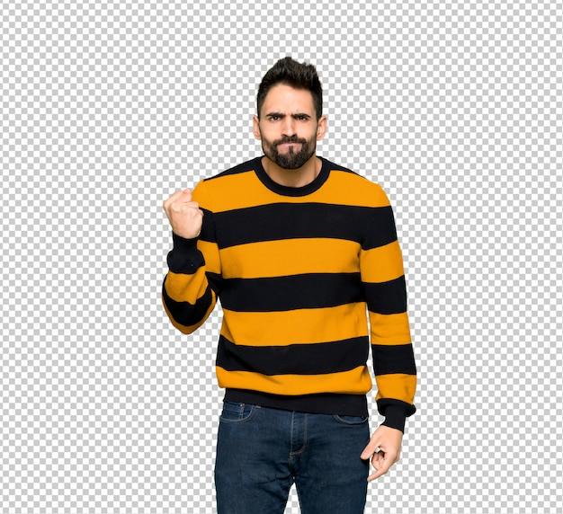 Przystojny mężczyzna z pasiastym pulowerem z gniewnym gestem