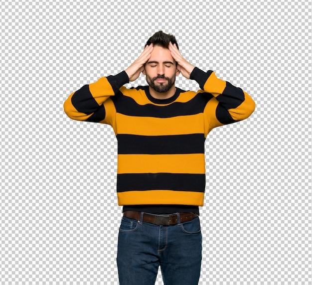 Przystojny mężczyzna z pasiastym sweterem nieszczęśliwym i sfrustowanym z coś