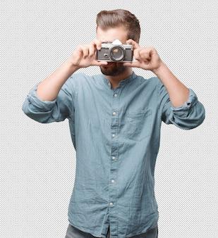 Przystojny młody człowiek bierze fotografię