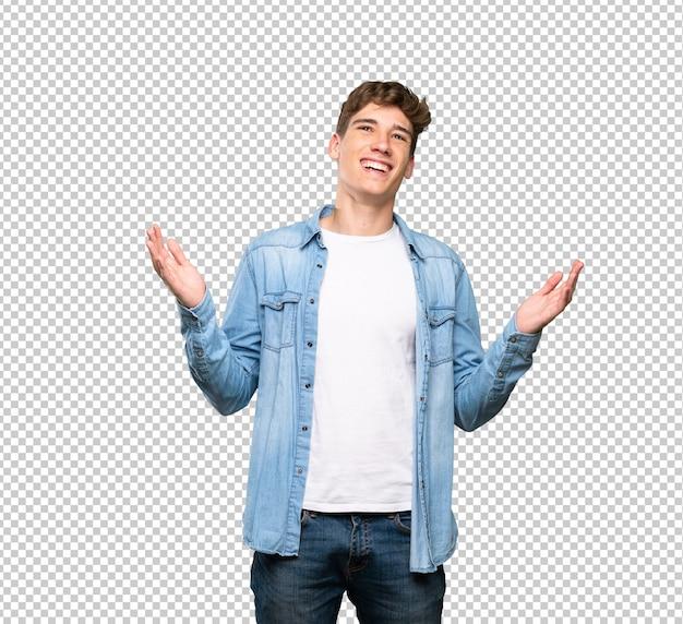 Przystojny młody człowiek uśmiecha się dużo