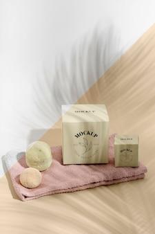Pudełka pod wysokim kątem, kule do kąpieli na ręczniku