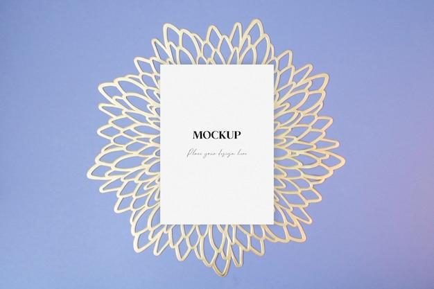 Pusta kartka z życzeniami makiety na niebieskim tle