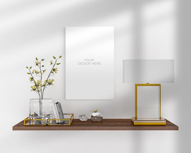 Pusta makieta plakatu w pobliżu projektów roślin doniczkowych i lamp