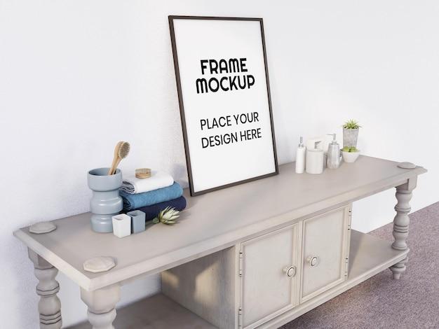 Pusta makieta ramki na zdjęcia na minimalistycznym biurku