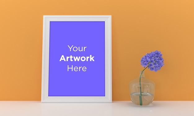 Pusta ramka na zdjęcia makieta z żółtą ścianą i fioletowym kwiatem