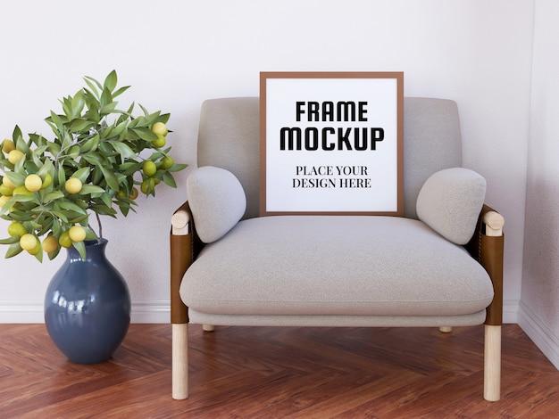 Pusta ramka na zdjęcia realistyczna makieta na krześle