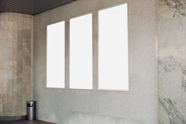 Puste tablice reklamowe na ścianie wewnątrz budynku