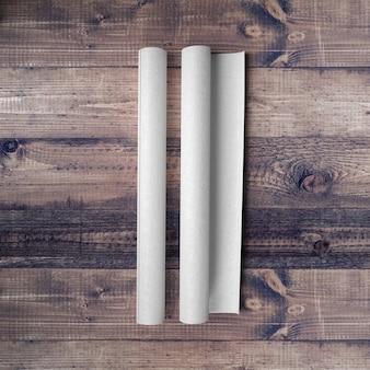 Pusty papier na drewnianym stole