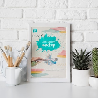 Rama obok rośliny na biurku