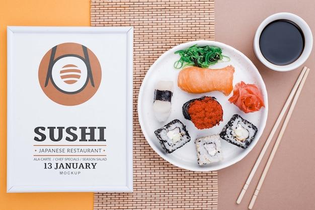 Rama obok talerza z rolkami sushi