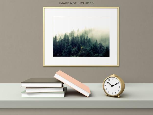 Rama plakatowa makieta w pustej ramie drewnianej stojącej na nowoczesnym wnętrzu salonu.
