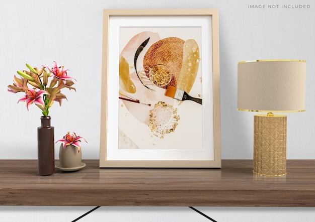 Rama plakatowa makieta w pustej ramie drewnianej stojącej na salonie