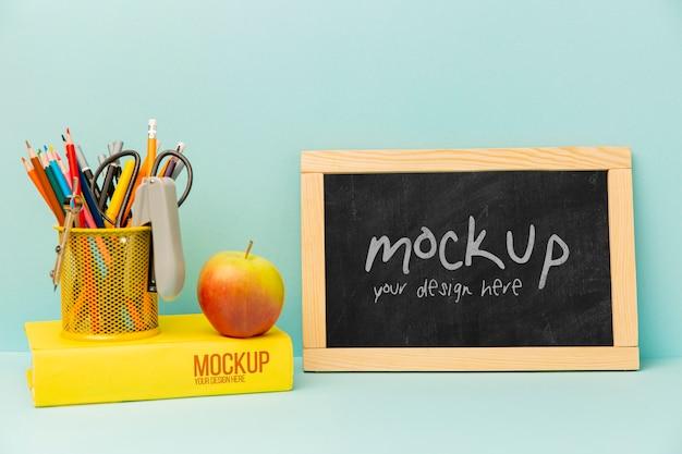 Rama tablicy i jabłko z makietą