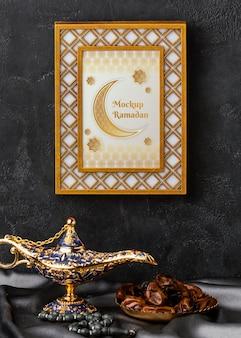 Ramadan kareem złota rama i makieta lampy