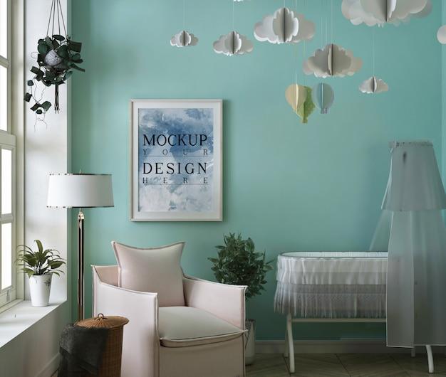 Ramka na plakat makiety w prostej, uspokajającej sypialni dziecka