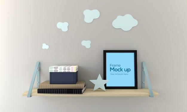Ramka na zdjęcia dla dzieci leżąca na półce makieta design z książkami i pudełkiem