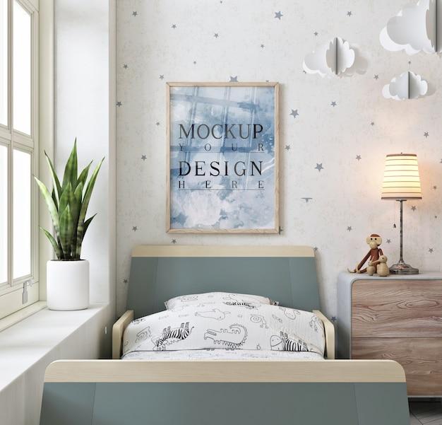 Ramka na zdjęcia na ścianie w nowoczesnej i prostej sypialni dziecięcej