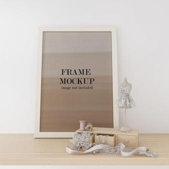Ramka na zdjęcie makiety obok pudełka do szycia