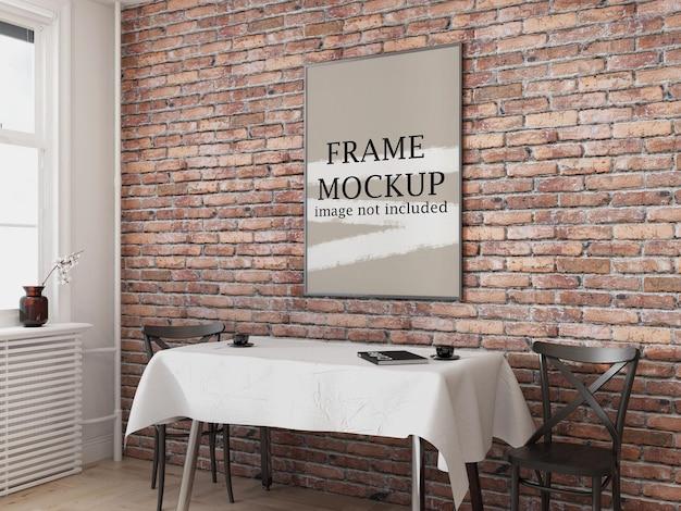 Ramka plakatowa na ścianie z cegły