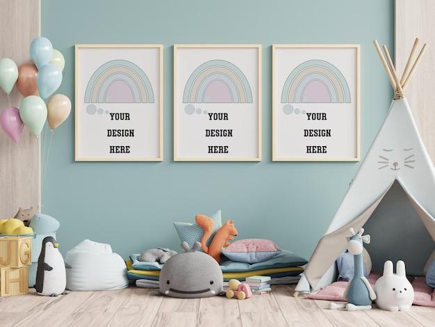 Ramki makiet we wnętrzu pokoju dziecięcego na pustej niebieskiej ścianie, renderowanie 3d