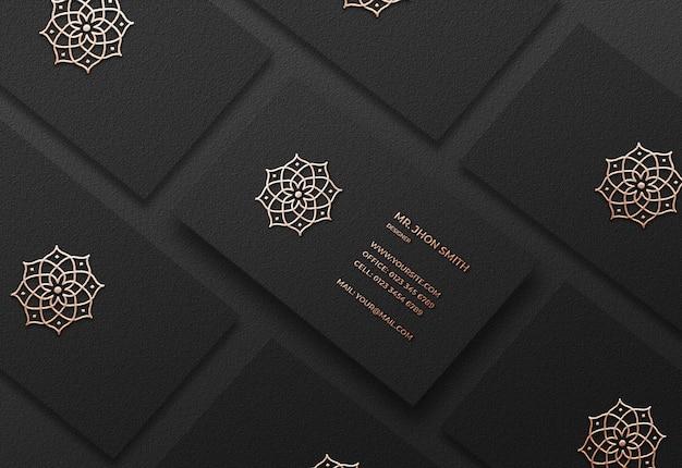 Realistyczna luksusowa makieta wizytówki ze złotym efektem typograficznym logo