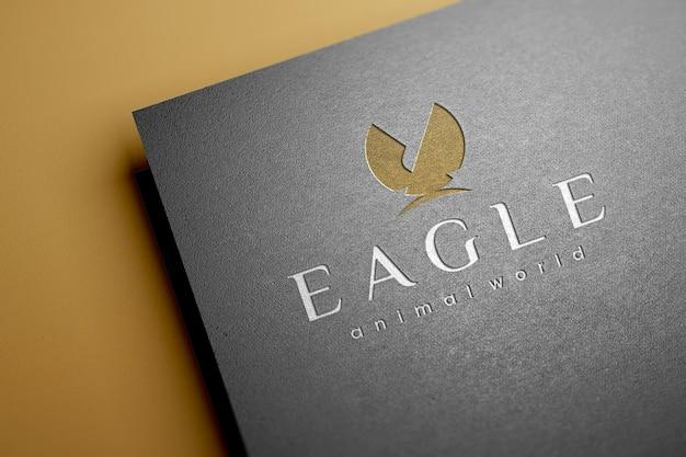 Realistyczna luksusowa wytłoczona makieta logo na fakturze papieru