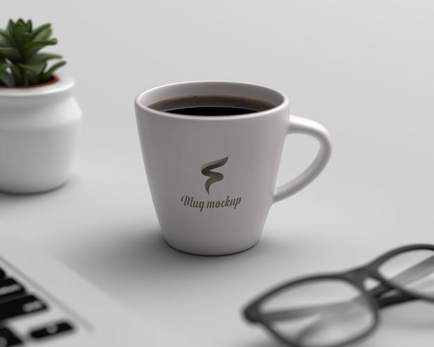 Realistyczna makieta filiżanki kawy