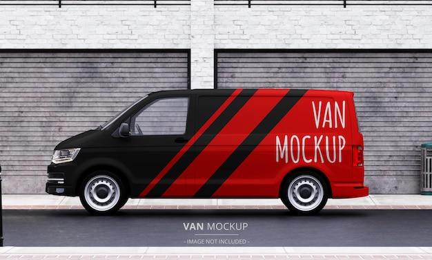 Realistyczna makieta furgonetki na ulicy z widoku z lewej strony