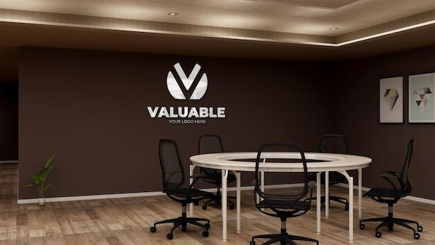 Realistyczna makieta logo firmy w przestrzeni konferencyjnej biurka koło biurka