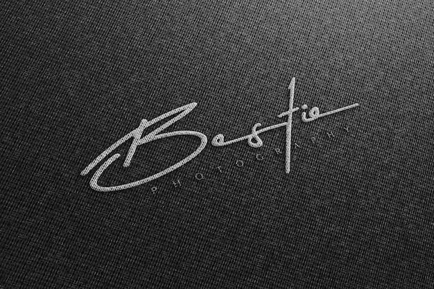 Realistyczna makieta logo na czarnym materiale