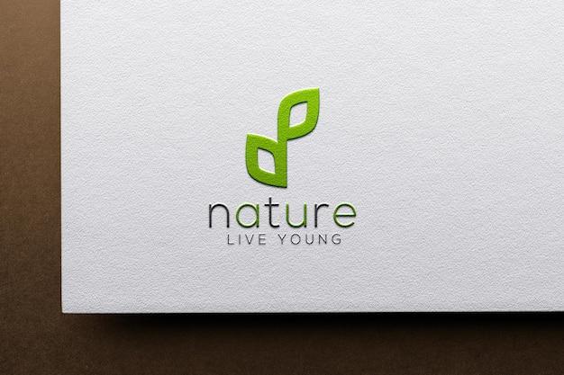 Realistyczna makieta logo z wytłoczonym papierem