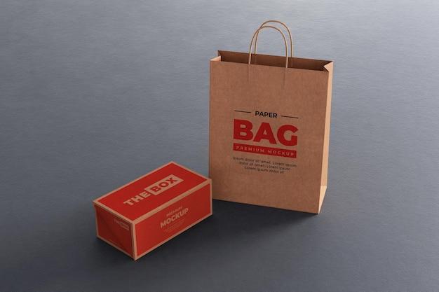 Realistyczna makieta papierowej torby z brązowym pudełkiem na zakupy