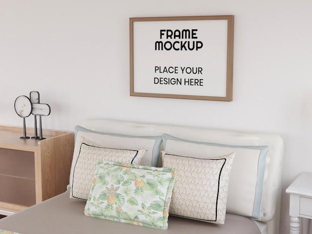 Realistyczna makieta ramki na zdjęcia w sypialni