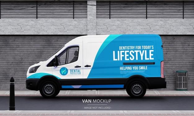 Realistyczna makieta samochodu dostawczego na ulicy z widoku z lewej strony