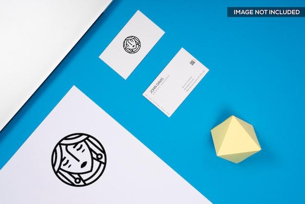 Realistyczna makieta wizytówki w kolorze niebieskim