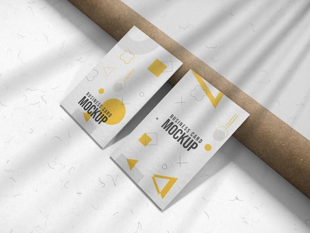 Realistyczna nowoczesna makieta wizytówki z pionowym wytłoczeniem