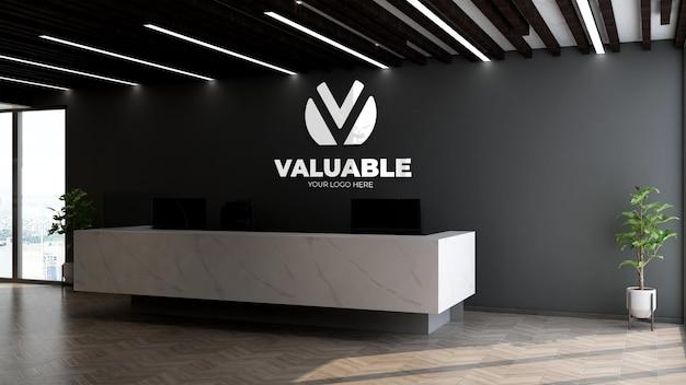 Realistyczna srebrna makieta logo firmy w recepcji biurowej lub recepcjoniście z czarną ścianą