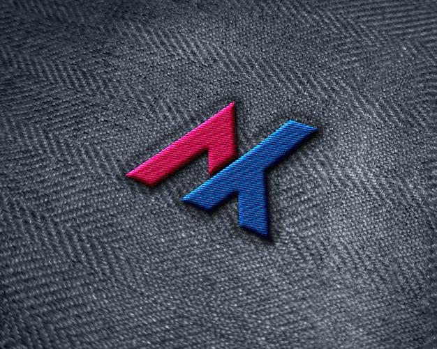 Realistyczne makieta logo haftu na tkaninie jeansu