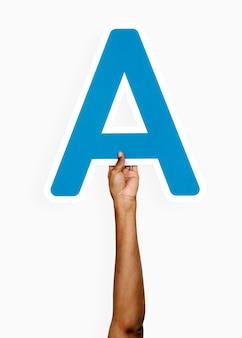Ręce trzymając literę a