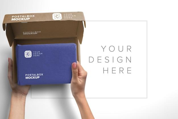 Ręce trzymające pakiet makieta otwarta skrzynka pocztowa makieta
