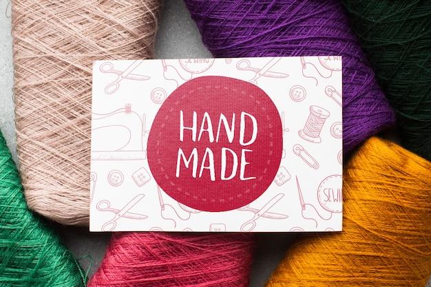 Ręcznie robiona makieta z kolorową nicią