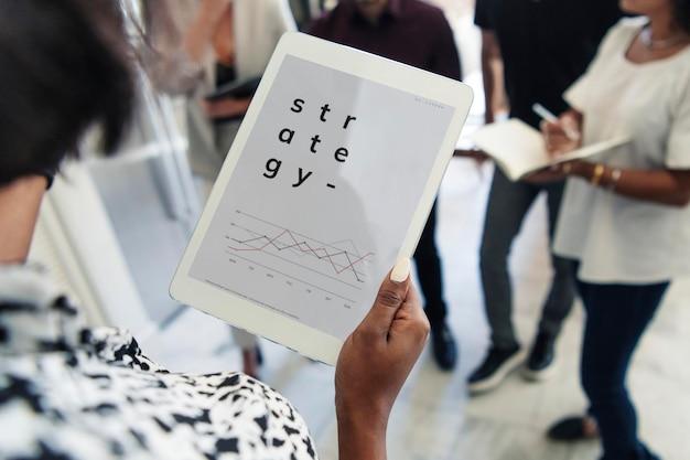 Ręka trzyma makieta cyfrowego tabletu